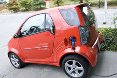 Kleines elektrisches Auto lizenzfreies stockbild