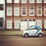 Kleines elektrisches Auto auf Straße Lizenzfreies Stockfoto