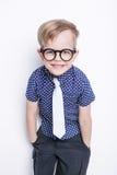 Kleines entzückendes Kind in der Bindung und in den Gläsern schule vortraining Art und Weise Studioporträt lokalisiert über weiße lizenzfreie stockfotografie