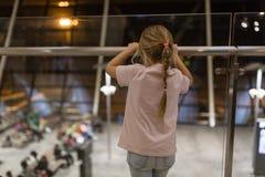 Kleines entz?ckendes Kind von hinten das Wartec$verschalen im Flughafenabfertigungsgeb?ude lizenzfreie stockfotografie