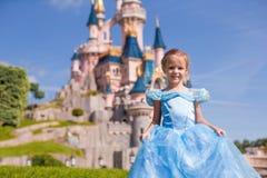 Kleines entzückendes Mädchen in Aschenputtel-Kleid an der Fee lizenzfreies stockfoto