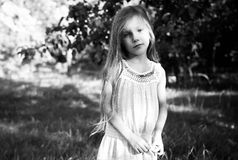 Kleines ernstes Mädchen Stockfotos