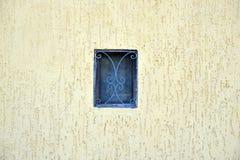 Kleines Fenster auf Wand Stockfotos
