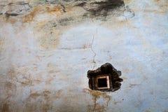 Kleines Fenster in der alten Wand Stockbild