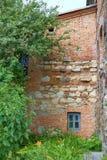 Kleines Fenster in der Backsteinmauer Stockfotos