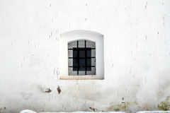 Kleines Fenster in der Wand des alten Gefängnisses Stockfoto