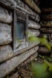 Kleines Fenster in einem verlassenen Dorf Stockbilder
