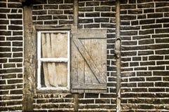 Kleines Fenster in einer Backsteinmauer Stockfotografie