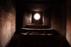 Kleines Fenster im Bunker Stockfotos