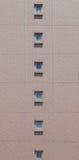 Kleines Fenster und braune Backsteinmauer Stockbild