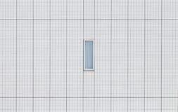 Kleines Fenster und weiße Backsteinmauer Stockbilder