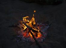 Kleines Feuer des Lagers zerstreut die Dunkelheit Stockfotografie
