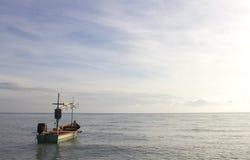 Kleines Fischerboot auf Meerwasser Stockbilder