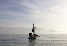 Kleines Fischerboot auf Meerwasser Lizenzfreies Stockbild