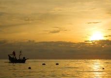 Kleines Fischerboot auf Meerwasser Stockbild