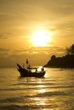Kleines Fischerboot auf Meerwasser Lizenzfreies Stockfoto
