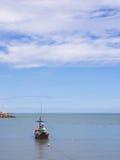 Kleines Fischerboot, das in das Meer schwimmt Stockbild