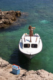 Kleines Fischerboot an der Küste Lizenzfreies Stockfoto