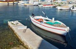 Kleines Fischerboot festgemacht zu einem Pier Stockfotografie