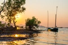 Kleines Fischerboot an Knall Phra-Reservoir Sriracha, Chonburi, Thailand Stockbild