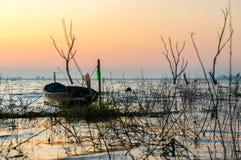 Kleines Fischerboot an Knall Phra-Reservoir Sriracha, Chonburi, Thailand Lizenzfreies Stockfoto
