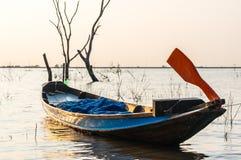 Kleines Fischerboot an Knall Phra-Reservoir Sriracha, Chonburi, Thailand Lizenzfreie Stockfotografie
