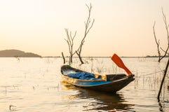Kleines Fischerboot an Knall Phra-Reservoir Sriracha, Chonburi, Thailand Lizenzfreies Stockbild