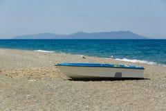 Kleines Fischerboot mit Fischennetz parkt am Strand von Sizilien, Italien Stockbilder