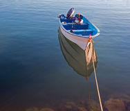Kleines Fischerboot ` Ponga-` an der Dämmerung in Jachthafen Cabo San Lucas in Baja Mexiko lizenzfreie stockfotografie
