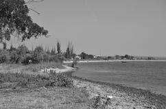 Kleines Fischerdorf auf den Banken des Flusses S?dlicher Programmfehler-Fluss ukraine lizenzfreies stockbild