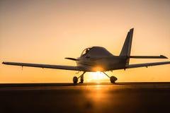 Kleines Flugzeug auf der Rollbahn Lizenzfreie Stockbilder