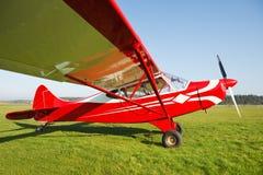Kleines Flugzeug auf Flugplatzgras Lizenzfreie Stockfotografie