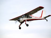 Kleines Flugzeug auf Gleitweg Lizenzfreies Stockfoto