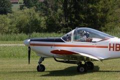Kleines Flugzeug, das zum Start von der Rasenfläche sich vorbereitet Stockbild