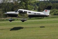 Kleines Flugzeug, das zum Start von der Rasenfläche sich vorbereitet Lizenzfreie Stockfotos