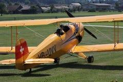 Kleines Flugzeug, das zum Start von der Rasenfläche sich vorbereitet Stockbilder