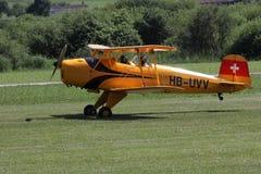 Kleines Flugzeug, das zum Start von der Rasenfläche sich vorbereitet Lizenzfreie Stockbilder