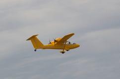 Kleines Flugzeug in der Luft Stockbild