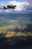 Kleines Flugzeug im Flug Lizenzfreie Stockfotos