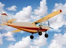 Kleines Flugzeug im Himmel stockfotos
