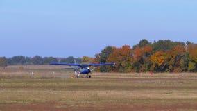 Kleines Flugzeug mit einem drehenden Propeller bewegt sich entlang eine Rollbahn mit einer Grundbeschichtung stock video