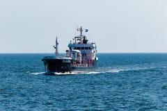 Kleines Frachtschiffsegeln aus dem Hafen von Cuxhaven heraus stockfotos
