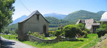 Kleines französisches Dorf im Tal Stockfotografie