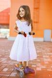 Kleines frohes Mädchen der Mode im Kleid Stockfotografie