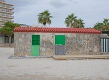 Kleines Gebäude auf dem Strand Lizenzfreies Stockfoto