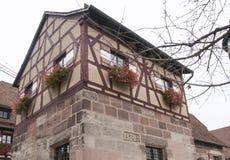 Kleines Gebäude mit Blumenkästen in Nürnberg-Schloss Stockbild