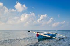 Kleines gebürtiges Boot im Meer stockfotografie