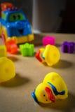 Kleines gelbes Gummientlein drei stockbilder