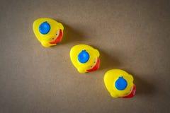 Kleines gelbes Gummientlein drei stockfoto