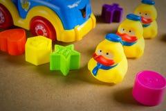 Kleines gelbes Gummientlein drei lizenzfreie stockfotos